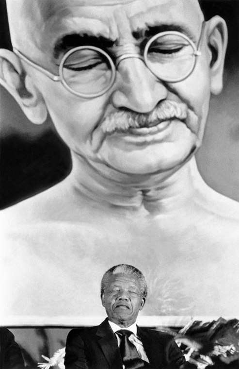 Nelson Mandela nagyítás - INDIA, NEW DELHI : South African anti-apartheid leader and African National Congress (ANC) member Nelson Mandela appears to be in a similary meditative mood as Mahatma Gandhi depicted in painting at top on October 15, 1990 in New