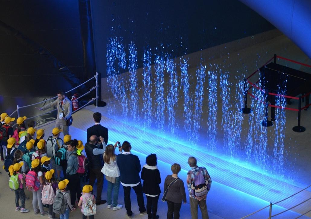 kka.15.05.0y. - Milánó, Olaszország: Világkiállítás - Rendkívüli pontossággal szabályozott, lezúduló vízcseppekből álló köszöntőszöveg alkotja a kuvaiti pavilon kapuját.