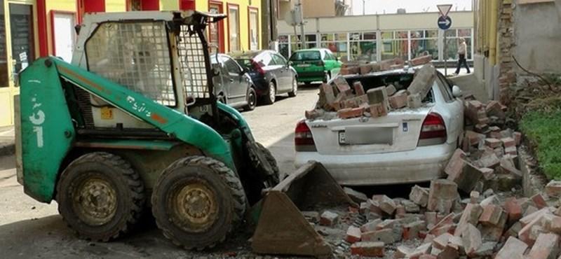 Parkoló autóra omlott egy fal Hatvanban - fotó
