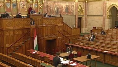 A homofóbtörvényről, Fudanról, a bérlakástörvényről és a 2022-es költségvetésről is szavaznak a képviselők