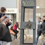 Egy biciklis miniszobor is megjelent Budapesten – fotók