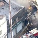 Robbanás után óriási lángcsóva csapott ki egy Los Angeles-i raktárból