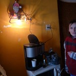 """""""Szokni kell a fényt"""": napelemes küzdelem a sötétség ellen a baksi szegénytelepen"""
