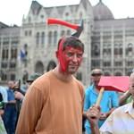 Baltával a fejben a Kossuth téren - tüntetők kérik az örmények bocsánatát