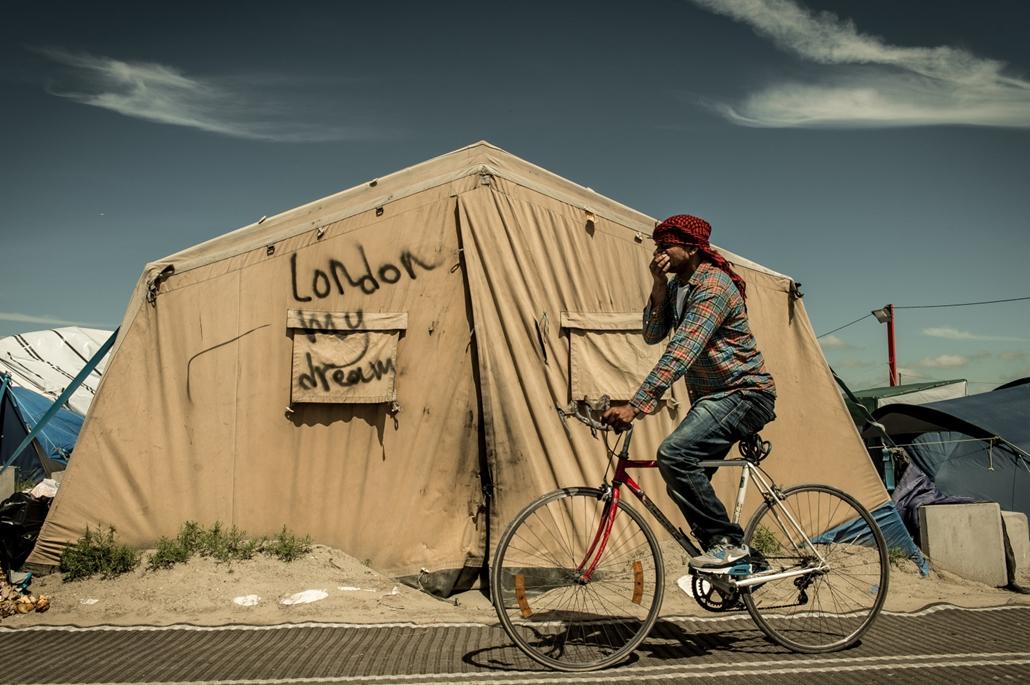 hét képei - 16.06.24. - Calais: A calais-i Jungle menekülttábor lakója a Brexit másnapján.