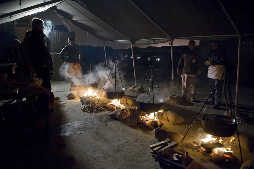 Áder János köztársasági elnök (j) halászlét főz a magyar katonáknak Mazari-Sarifban, a Camp Marmal nevű ISAF bázison