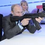 Putyin exállamtitkárának kezében a Kalasnyikov