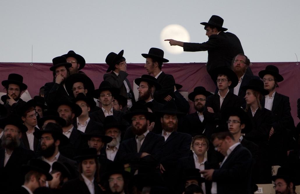 Ultra Orthodox zsidók közösen tanulmányozzák a 2711 oldalas babilóniai talmudot