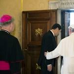 A pápa csak mosolyog és hallgat, amikor meghívják Magyarországra