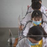 Arcmaszk, lázmérés, plexilap – így járnak újra iskolába a vuhani gyerekek