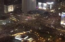 Tömve vannak Varsó utcái az abortusztörvény ellen tüntetőkkel, visszatértek a nacionalista ellentüntetők is