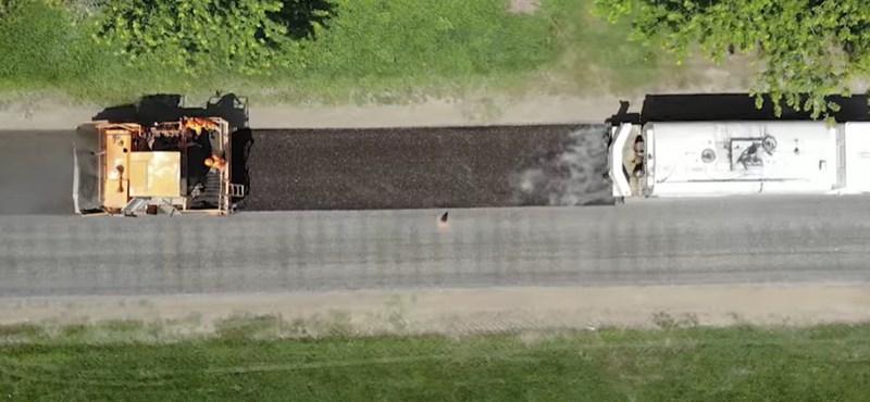 Megmutatta a közútkezelő, miért szórják tele apró kaviccsal az utakat – videó