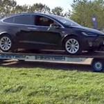Elvileg 180 kilót bír a Renault Twizy, de ha kell, elvontat egy 2500 kilós Teslát – videó