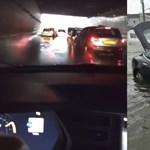 Hihetetlen: úgy ment át a Tesla a vízzel teli aluljárón, mint kés a vajon – videó