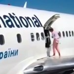 Melege volt – kinyitotta a repülőgép vészkijáratát és a szárnyon levegőzött egy utas