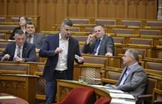 """""""Rabszolgatörvény"""": a Jobbik lezárta a Pénzügyminisztérium bejáratát"""