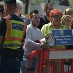 A CEU-ért tüntetnek a parlamentnél
