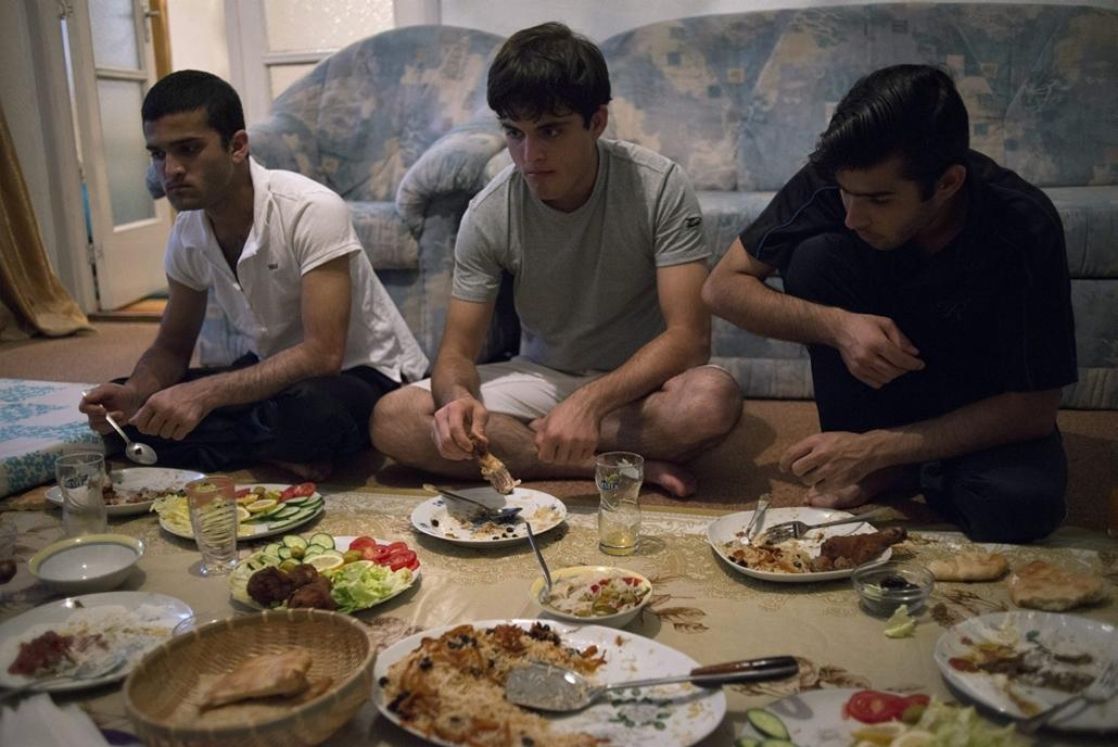 mti.14.07.07. - Ramadán bp-n - Az afgán Hájber Feroz (b), Musztafa (k) és Parviz (j) vacsoráznak a böjt megtörésekor csepeli otthonukban a mohamedán szent böjti hónap, a ramadán idején