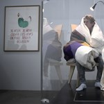Takaróval lefedve, csirkeként kelt tojásokat egy francia művész
