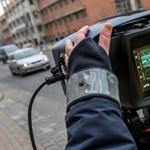Tolatóradar: 696 km/h-val fotózta le a traffipax az Opelt, és nem tűnt fel a rendőröknek, hogy nem stimmel valami