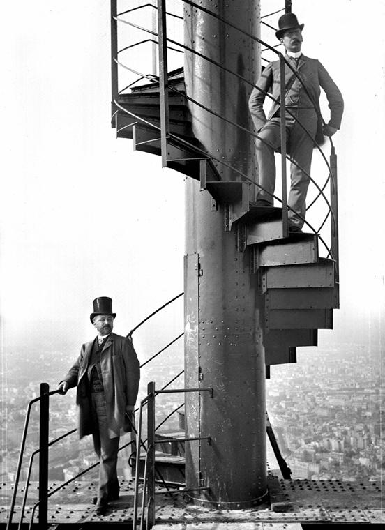 afp. Eiffel-torony 125 éves Nagyítás - Gustave Eiffel (1832-1923), ingénieur et constructeur français, en haut-de-forme, au sommet de la Tour, avec son gendre et collaborateur, M. Salles. 1889. ND-1104 (13x21)