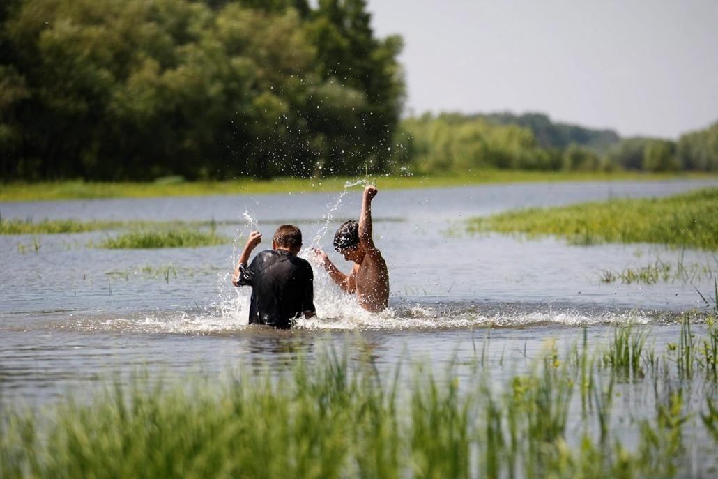 Árvíz 2013, Duna árvíz, Ártéren fürdő gyerekek Szolnokon június 8.