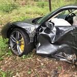 Pénzen nem vehető tehetség: a fák között landolt a vadonatúj Ferrari