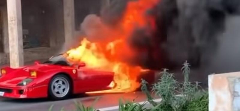 Egy nő az erkélyéről, slaggal próbálta eloltani a vadul lángoló Ferrarit