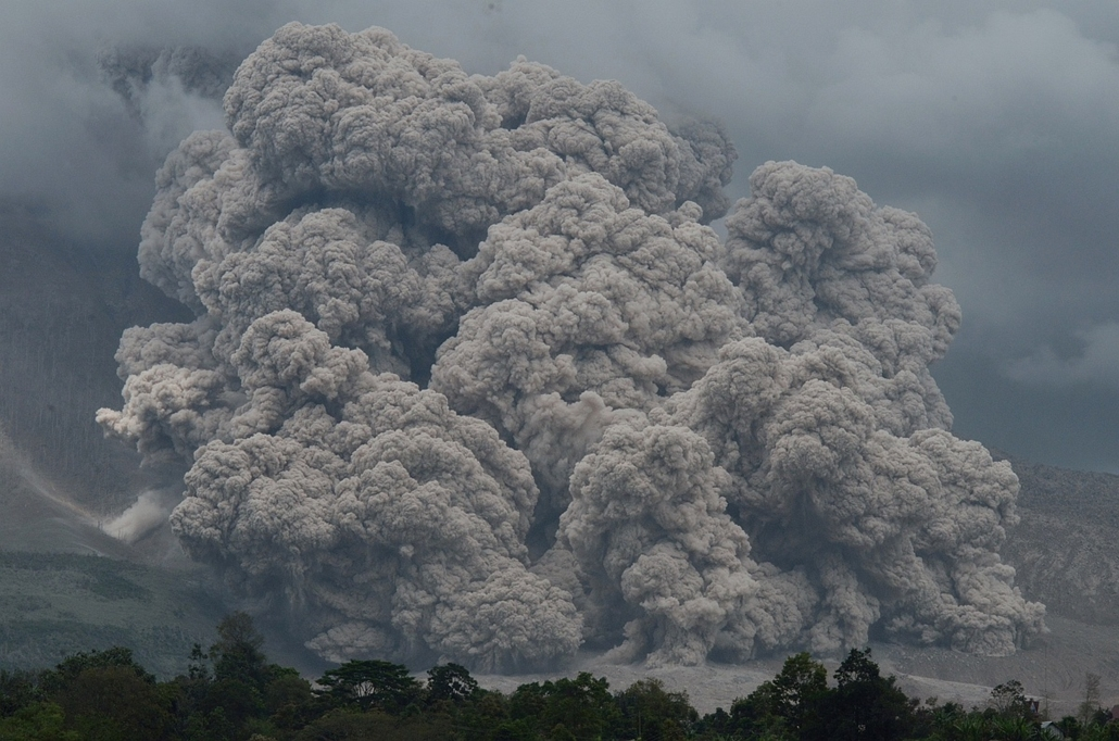 afp. hét képei - Karo, Indonézia - 2014.12.09. Thick and hot smoke spews from Mount Sinabung in Karo on December 9, 2014. Indonesian local government relocated residents who lives in danger zones around Mount Sinabung following deadly eruptions in early F