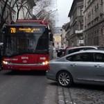 Emiatt a szabálytalanul parkoló Volvo miatt nem fér el most a 78-as troli