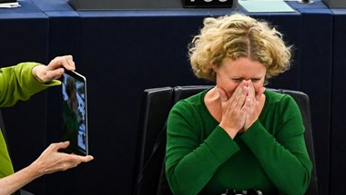 """Magyarul üzentek a holland tévében: """"Ugorj le az Orbán-vonatról, amely a semmiből a semmibe tart"""""""