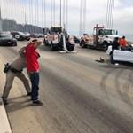 Videó: híd közepén jött rá driftelhetnék pár autósra, letartóztatás lett a vége