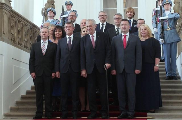 HVG 30 A főnök és az emberei. Az új cseh kormány(Babis balról a második). A hozzáértésüket nem vizsgálták.