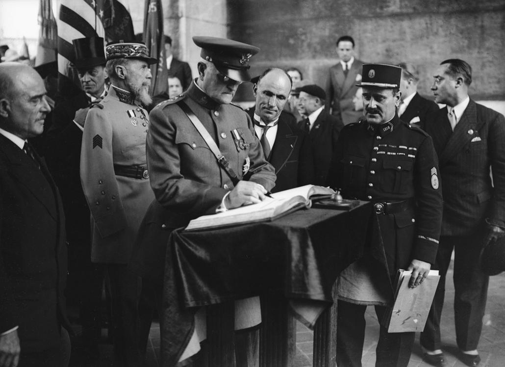 Franciaország: Pershing tábornok bejegyzése a látogatók könyvébe Gouraud tábornok társaságában 1938. körül a párizsi Diadalív (Arc de Triomphe) alatt - könyv világnapja nagyítás