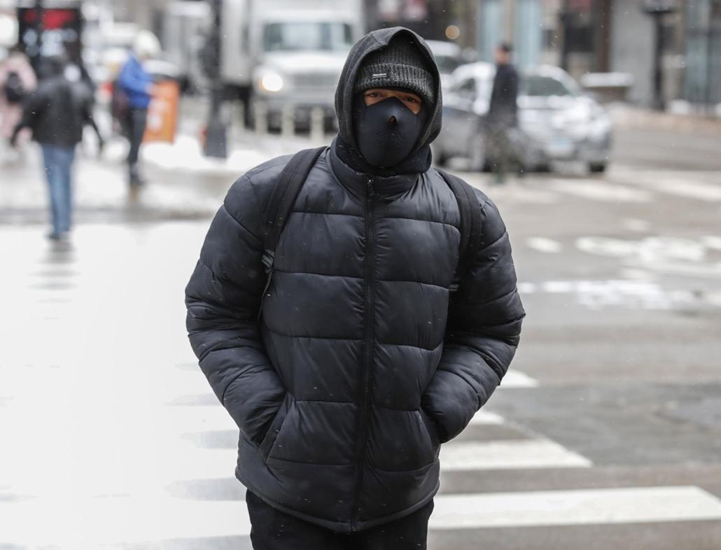 mti.19.01.30. A rendkívüli hideg ellen védekező járókelő Chicagóban 2019. január 29-én. Az Egyesült Államok északi és középnyugati államaiba sarkvidéki hideghullám tört be, a levegő hőmérséklete helyenként a mínusz 40 Celsius-fokig süllyedt.