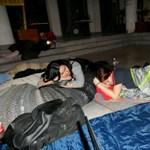 Képek: ilyen volt az éjszaka a pécsi egyetem aulájában