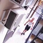 Terézvárosi hostelből lopott telefont ma reggel ez a férfi, keresik – fotó