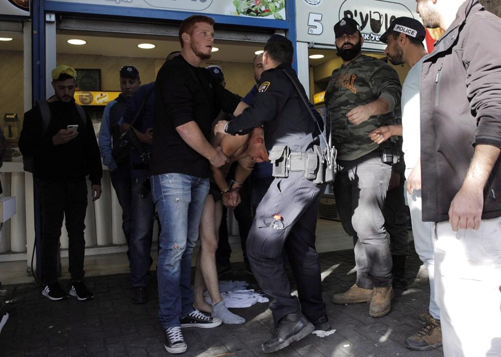 AP!!!! ap.17.12.10. - Izraeli rendőrök lefogják a jeruzsálemi buszpályaudvari késes támadás elkövetőjét A rendőrség tájékoztatása szerint a palesztin férfi súlyosan megsebesített egy izraeli biztonsági őrt