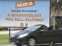 Feljelentették a Fideszt a villanyoszlopra helyezett plakátok miatt
