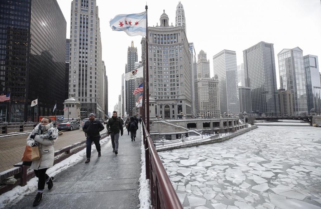 mti.19.01.30. A rendkívüli hidegben járókelők a chicagói Michigan Avenue-n, a zajló Chicago folyó partján 2019. január 29-én.