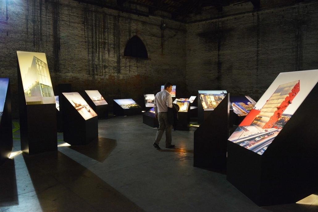 kka. Velencei Biennále 2014.06. nagyításnak - Velence város kiállításán az építészettörténet meghatározó állomásait mutatják be.