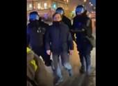 Megkérdezte, miért tartóztatják le a tüntetőt, az orosz rendőr hasbarúgással válaszolt