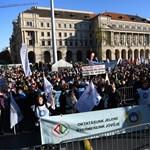 Több ezer tanár tüntetett Budapesten - azonnali, 30 százalékos béremelést követelnek