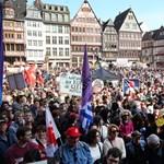 Több ezer ember tüntet még mindig Frankfurt közepén