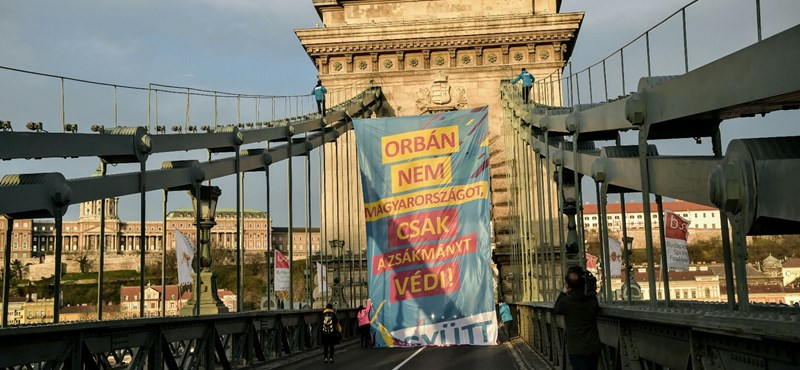 A Lánchídon akciózott, óriásmolinóval üzent Orbánról az Együtt