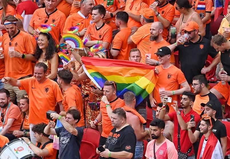 La UEFA niega haber prohibido las banderas arcoíris en el partido entre Holanda y la República Checa