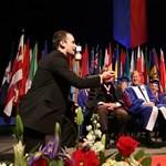 Új videó terjed a YouTube-on: diplomaosztó egy kis extrával