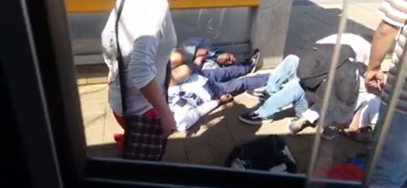 Földön rángatózó fiatalokat videóztak le az 1-es villamos megállójában