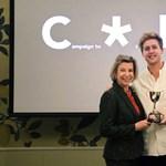 Egy P*CSA felirat előtt adtak át kamu díjat egy brit szélsőjobboldali celebnek