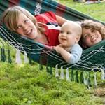 Őszintén a szülőségről: az anyák 74%-a az egyik gyerekét jobban szereti a többinél